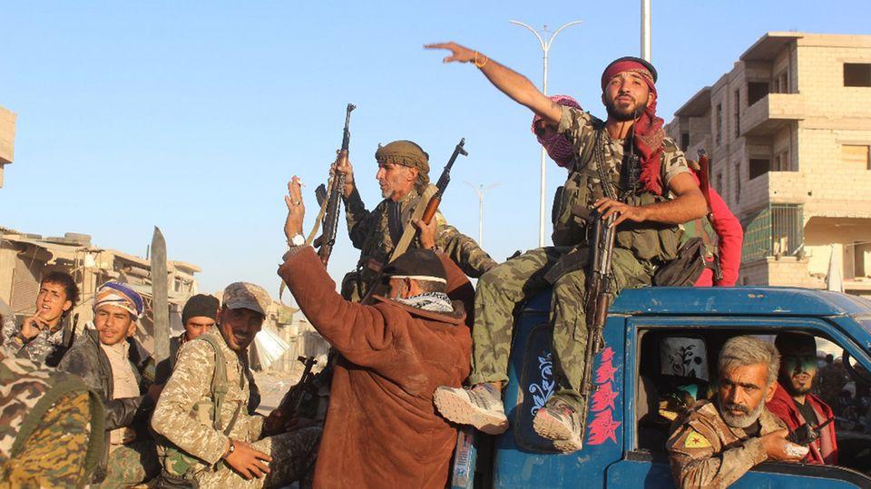 Kämpfer der Befreiungsarmee kurz vor der Rückeroberung der Stadt Rakka im Norden Syriens