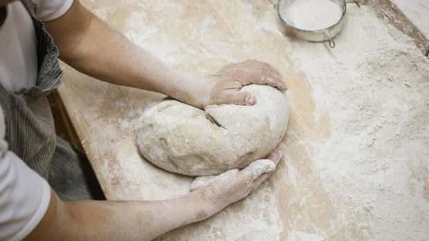 Reine Handarbeit wie bei Bäcker Arnd Erbel in Dachsbach ist heute selten. Nur wahre Meister beherrschen die Kunst