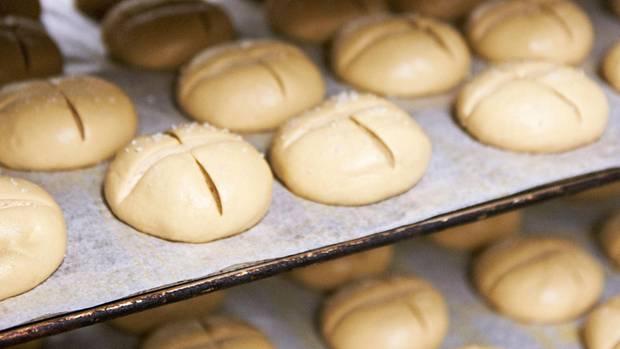 Bäcker Görtz schafft richtig große Stückzahlen. Und doch ist der Betrieb ein Fliegenschiss verglichen mit den Backfabriken