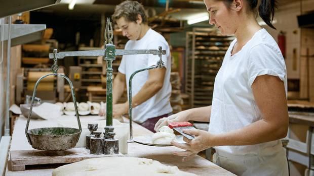 Portionieren, wiegen, wirken – in der Bäckerei Erbel geschieht alles wie früher von Hand. Selbst die alte Waage ist noch im Einsatz