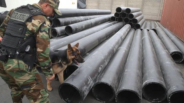 Kokain-Fund: Ein Polizist untersucht mit seinem Spürhund die beschlagnahmten PVC-Röhren