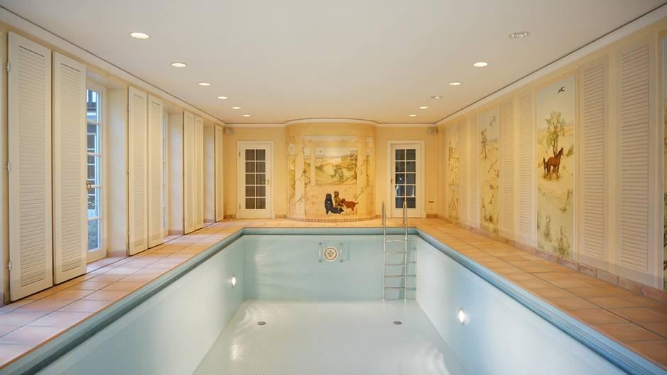 """Der Makler lässt wissen: """"Das große, lichtdurchflutete Hallenschwimmbad mit Gegenstromanlage und einer Sauna sind in dieser Preisklasse natürlich obligatorisch.""""        Natürlich."""