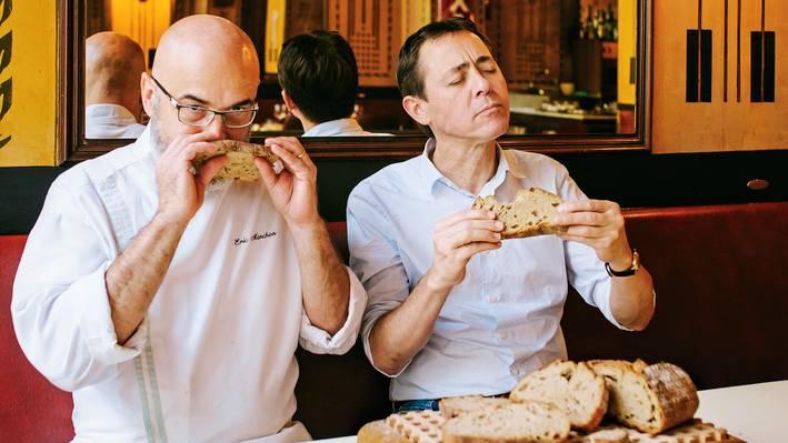 """Der FranzoseVincent Moissonnier(r.), Besitzer der Zwei-Sterne-Restaurants """"Le Moissonnier"""" in Köln, und sein ChefkochEric Menchonzählen zu den besten Köchen Deutschlands. Sie verkosteten ausgewählte Weizenmischbrote und bewerteten Aussehen, Konsistenz, Aroma, Geschmack und Mundgefühl. Hersteller, Preise oder Zutaten kannten sie nicht. Das ist ihr Urteil:  Punktwertung:  1 = schlecht, 5 = sehr gut  Die einzelnen Wertungen finden sich unter den Fotos"""