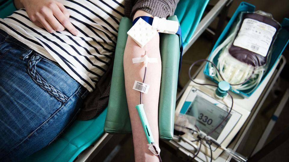 Eine Frau beim Blutspenden