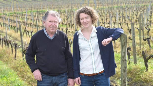 Generationenwechsel: Pauline Dietrich (rechts) absolvierte sie einen Abschluss an der Wirtschafts-Elitehochschule HEC in Paris, studierte Önologie in Montpellier und arbeitete zwei Jahre in Singapur. Jetzt übernimmt sie das Weingut ihres Vaters Michel Dietrich (links).