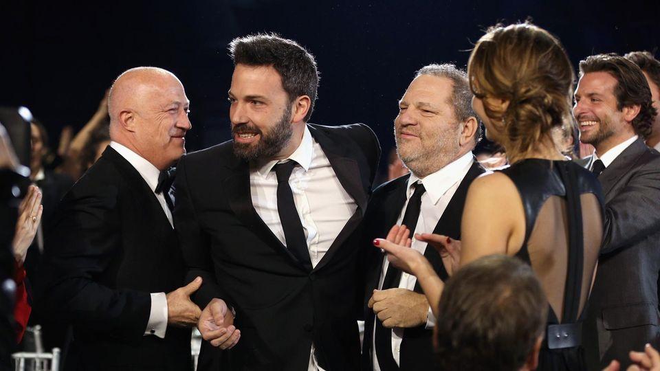 """Weinstein mit Ben Affleck bei einer Preisverleihung 2013. Mit der Produktion von """"Good Will Hunting"""" hatte er 16 Jahre zuvor die Karriere Afflecks forciert"""