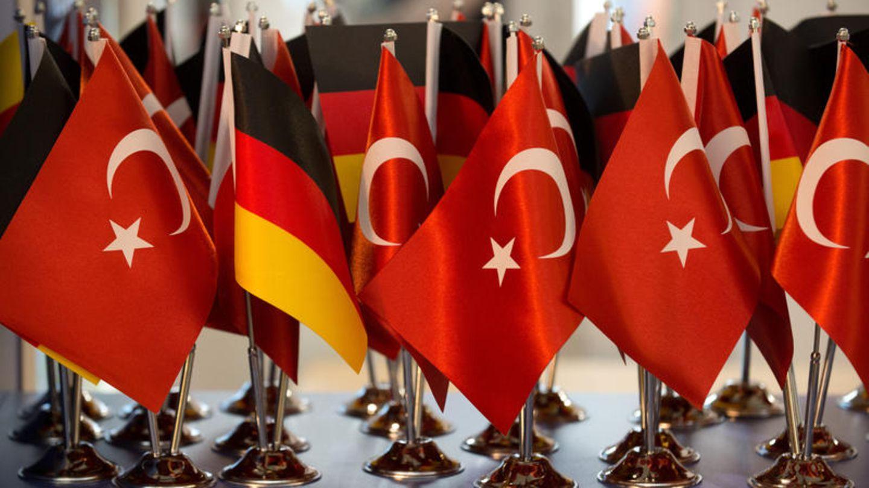 Deutsche und türkische Fähnchen nebeneinander - Deutscher Botschafter wieder einbestellt
