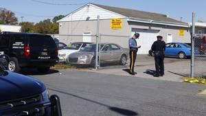 Die Polizei untersucht den Tatort nach einer Schießerei in einem Gewerbepark in Edgewood im Gebiet Harford County, Maryland.
