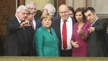 Angela Merkel mit Teilnehmern der Sondierungsgespräche auf dem Balkon der Parlamentarischen Gesellschaft in Berlin