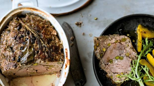 Rustikale Terrine mit Entenbrust, Schweinshack und Pistazien