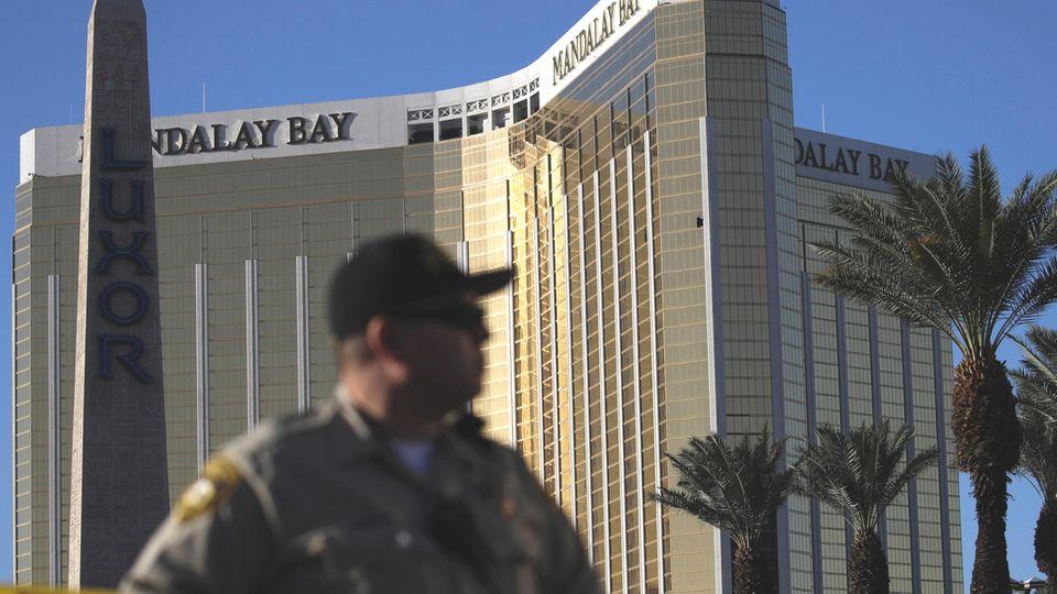 Ein Polizist steht vor dem Hotel Mandalay Bay in Las Vegas