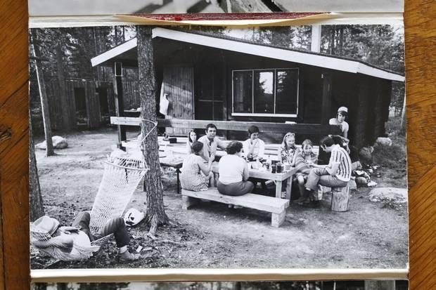 In den 1960ern dokumentierte Fritz Dressler immer wieder die Urlaube in ihrer Hütte. Auch auf der Reise mit seinem Sohn greift er noch oft reflexhaft zur Kamera.