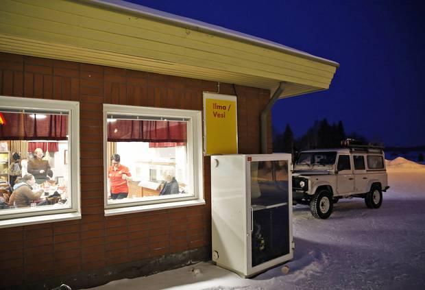 Unterwegs Stopps in Tankstellenrestaurants: Wie vermittelt sich der Reiz des Reisens, wenn man nicht mehr weiß, was Reisen ist?