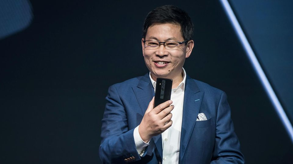 Huaweis Smartphone-Chef Richard Yu präsentiert das Mate 10 Pro