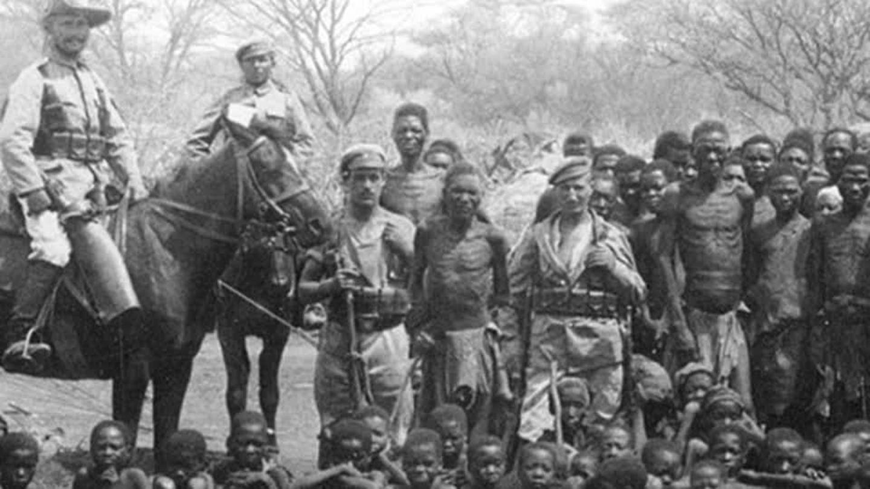 Deutsche Kolonialtruppen mit Gefangenen im damaligen Deutsch-Südwestafrika