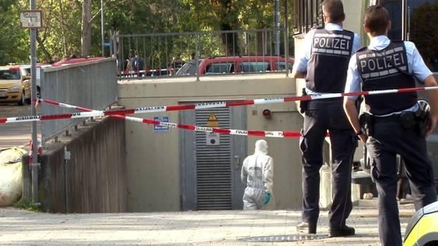 Polizisten sichern Spuren an der Tiefgarage in Eislingen (Baden-Württemberg): Hier wurden in einem Auto drei Leichen entdeckt