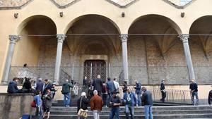 Sanitäter verlassen die Basilika Santa Croce in Florenz, sie konnten nichts mehr für den Patienten tun