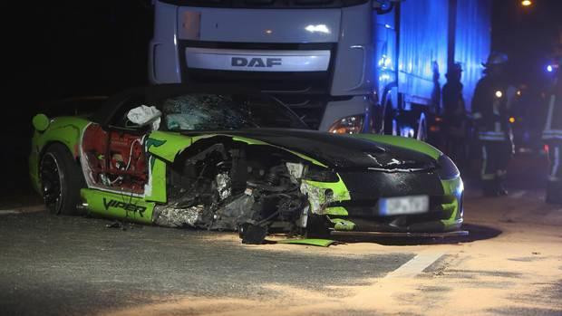 Mann fliegt bei Unfall aus Cabrio und wird von Lkw überrollt