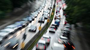 Autos auf der Autobahn - jeder sechste Mensch stirbt an den Folgen von Umweltverschmutzung
