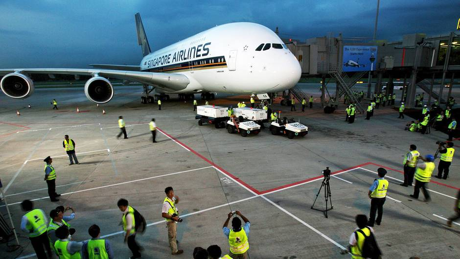 Als erste Fluggesellschaft wurde ein Airbus A380 an Singapore Airline ausgeliefert. Ende Oktober 2007 fand der Premierenflug auf der Strecke Singapur-Sydney statt. Alle Tickets für den Erstflug wurden im Internet für Wohntätigkeitszwecke versteigert.