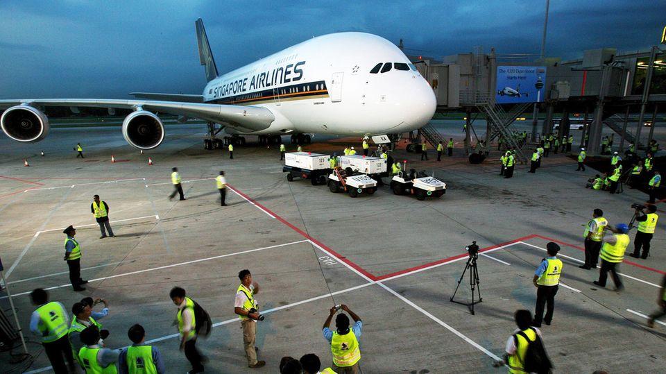 Als erste Fluggesellschaft wurde ein Airbus A380 an Singapore Airline ausgeliefert. Ende Oktober 2007 fand der Premierenflug auf der Strecke Singapur-Sydney statt. Alle Tickets für den Erstflug wurden im Internet für Wohltätigkeitszwecke versteigert.