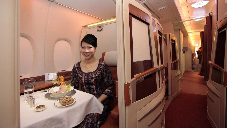 In der First Class, die bei Singapore Airlines im vorderen Teil des Unterdecks untergebracht ist, sitzen die Fluggäste in abgetrennten Suiten. Für den Platz 1A zahlte ein Passagier aus Großbritannien 100.000 US-Dollar.