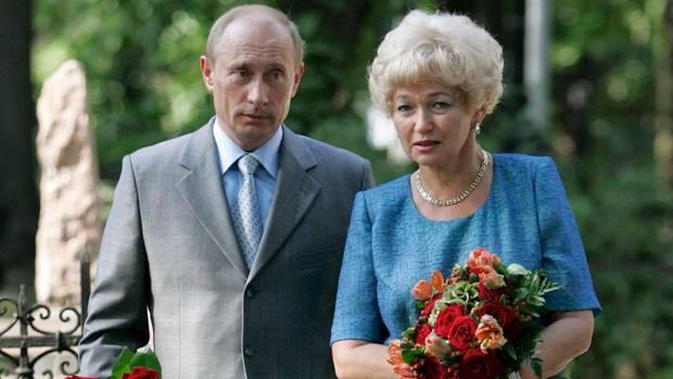 Wladimir Putin besucht mit der Witwe von Anatoli Sobtschak das Grab seines Mentors in Sankt Petersburg