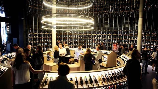 Von Bordeaux-Weinen umkreist: Im Rondell des Weinmuseums Cité du Vin stehen 14.500 Flachen Wein aus der wohl bekanntesten Anbauregion der Welt.