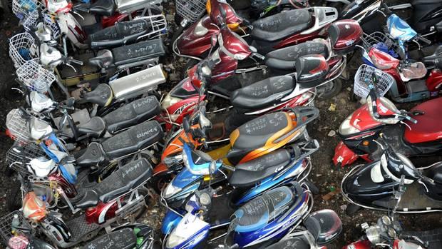 Hau weg, den Scheiß! Aufgrund des katastrophalen Smogs in der chinesischen MetropoleGuangzhou, ließ Peking einfach mal alle Motorroller mit Benzinmotor beschlagnahmen und verschrotten. Das Bild zeigt nur einen winzigen Ausschnitt aus dem riesigen Schrottplatz mit zehntausenden Motorrollern. Nach einem Jahr ging die Feinstaubbelastung um 80 Prozent zurück.
