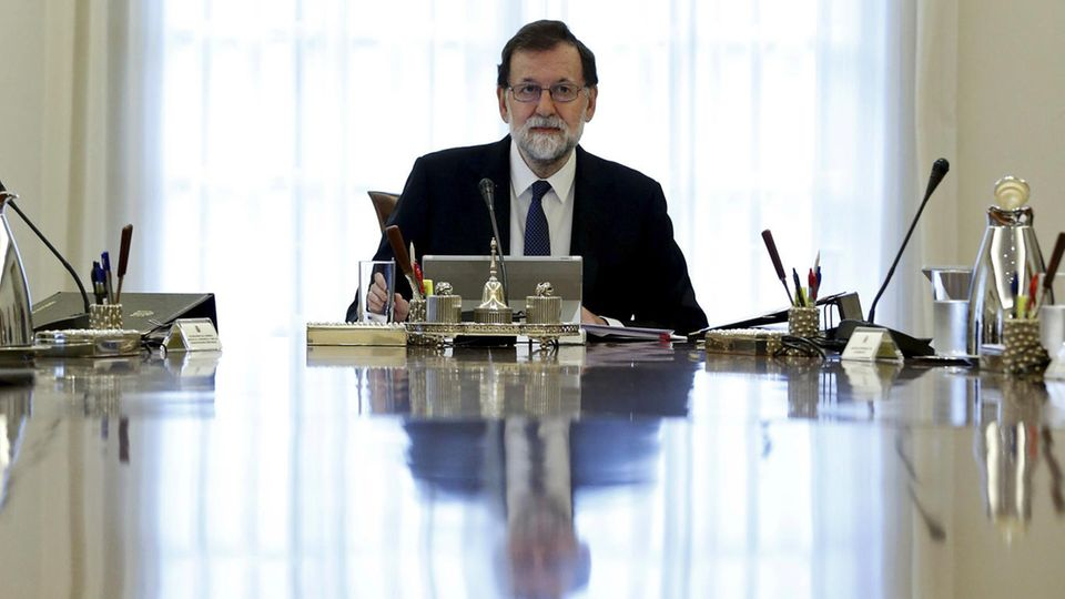 Katalonien-Krise: Mariano Rajoy entmachtet Carles Puigdemont