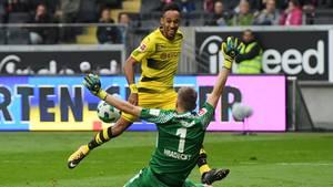 Bundesliga am Samstag: Pierre-Emerick Aubameyang Duell mit Lukas Hradecky