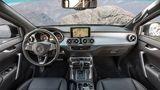 Das Cockpit ist typisch Mercedes