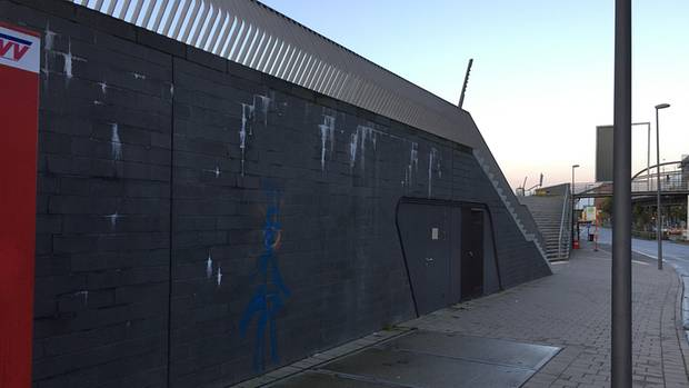Aus den fertig gestellten Mauern sifft weiße Flüssigkeit: Für diesen Anblick muss der Hamburger Steuerzahler fast 80 Millionen Euro berappen.