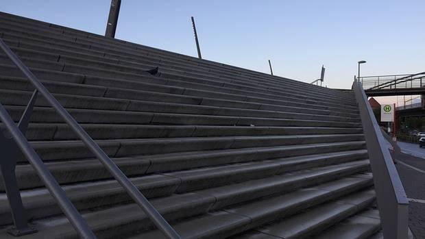 Hier fühlen sich nur die Tauben wohl: Ein riesiger Aufgang zur viel befahrenen Straße. Die Treppen sind auch hier grau und unansehnlich.