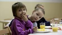 Kinder bekommen in der ARCHE Essen. Die ARCHE gilt als Musterprojekt im Kampf gegen Kinderarmut.