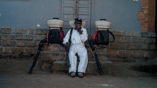 Pest in Madagaskar: Ein Mitarbeiter des Gesundheitsministeriums in Madagaskar sitzt vor einer Schule