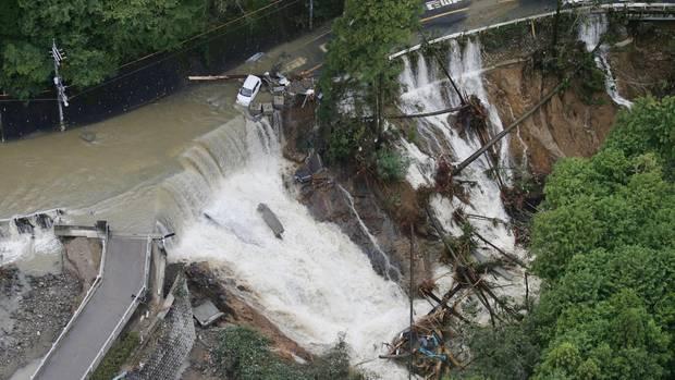 """Eine Hubschrauber-Aufnahme zeigt eine Straße in Kishiwada, Japan, die durch den Taifun """"Lan"""" zerstört wurde"""