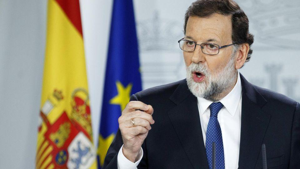 Spaniens Regierungschef Mariano Rajoy spricht auf einer Pressekonferenz über den Konflikt mit Katalonien