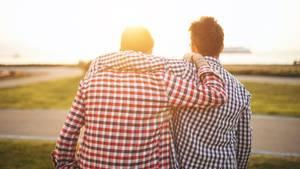 Zwei Männer umarmen sich