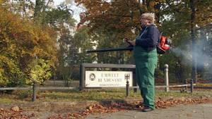 Reporter Hinrich Lührssen stellt die Nerven der Mitarbeiter vom Umwelt Bundesamt mit einem Laubbläser auf die Probe.