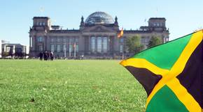 Eine Jamaika-Flagge weht vor dem Deutschen Reichstag in Berlin