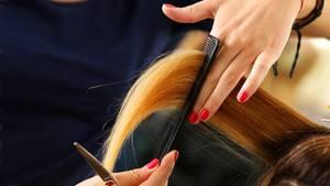 Auch als Friseur braucht man eine gute Ausbildung, doch das Friseurhandwerk wird schlecht bezahlt, insbesondere in den Lehrjahren.