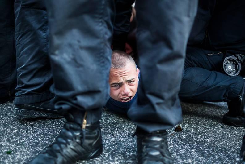 G20 - ein Demonstant des schwarzen Blocks wird festgenommen