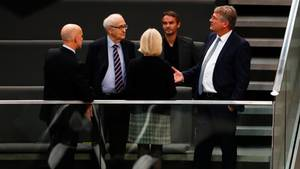 Erste Tuchfühlung im neuen Bundestag: Rainer Brüderle (FDP, 2.v.r.) im Gespräch mit Jörg Meuthen von der AfD (r.)
