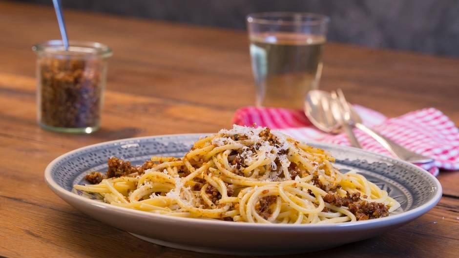 Italienische Küche: Dieses selbstgemachte Pesto mit getrockneten Tomaten schmeckt wie im Urlaub