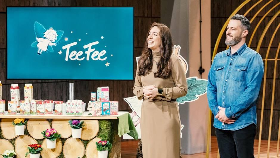 """Jill-Evelyn Erlach (links) und Marco Rühl aus Frankfurt präsentieren den mit Stevia gesüßten Tee von """"TeeFee"""". Sie erhoffen sich ein Investment von 1.000.000 Euro für 25 Prozent ihres Unternehmens von den Löwen."""