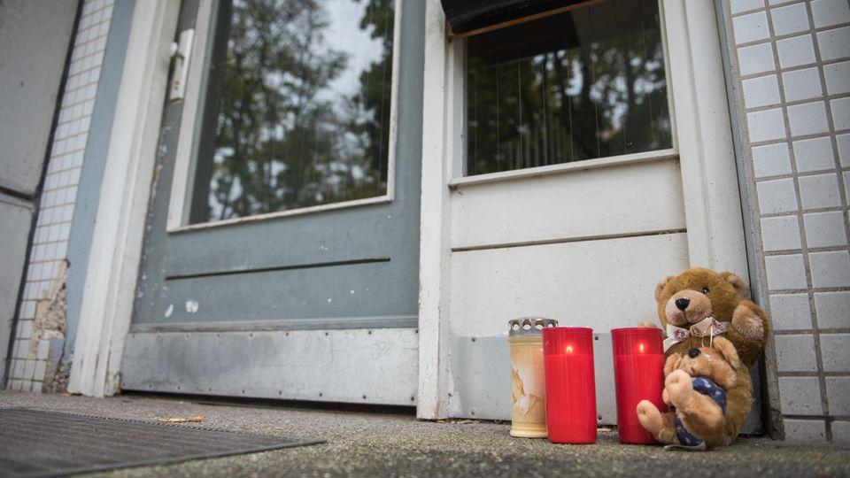 In Hamburg ist ein zweijähriges Mädchen in einem Mehrfamilienhaus tot aufgefunden worden. Der Vater ist auf der Flucht.