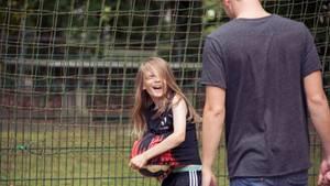 Fußball verbindet: Ein Junge kickt mit seinem Mentor – und hat viel Spaß