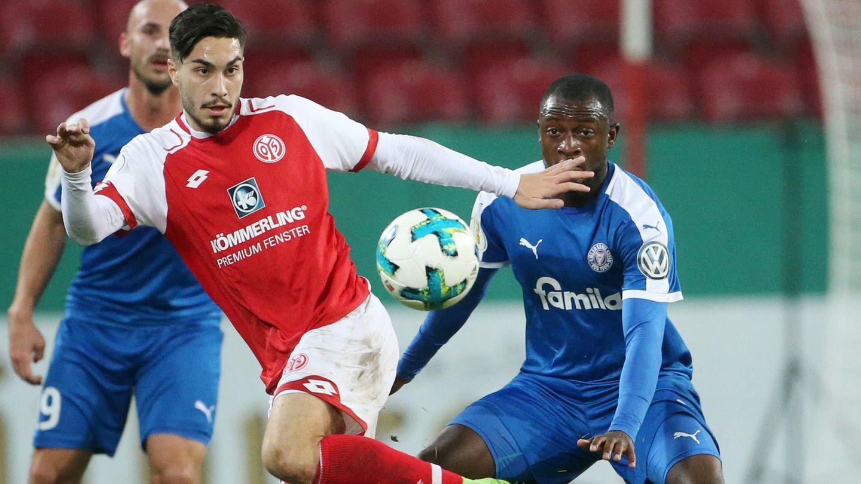 Suat Serdar (l.) und seine Teamkollegen vom FSV Mainz 05 hatten mit Holstein Kiel im DFB-Pokal ziemliche Probleme
