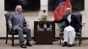 US-Außenminister Rex Tillerson (l.) traf sich zwar zum Gespräch mit dem afghanischen PräsidentenAshraf Ghani (r.), allerdings nicht in Kabul